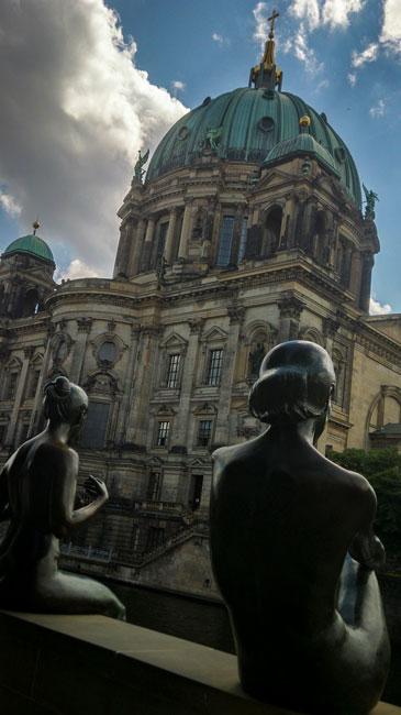 Berlin-Badande-kvinnor-vid-atedralen