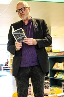 Walesiska poeten Anthony Jones läser på Mjölby bibliotek.