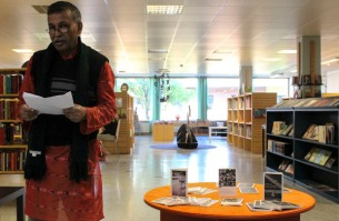 Kajal Bandyopadhyay läser dikter på Mjölby bibliotek. Foto: Peter Nyberg.