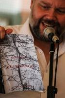Under Pilsnerpoesin efter releasefesten läste jag en snutt ur Cecilias bok. Foto: Peter Nyberg.