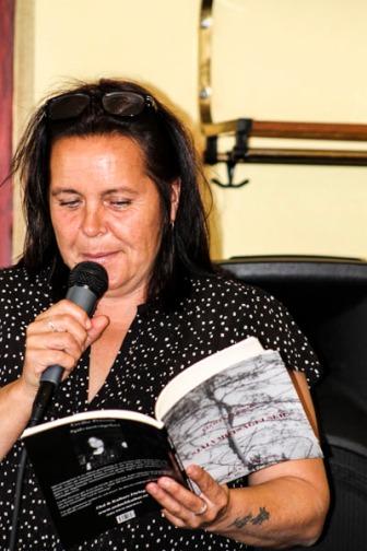 Cecilia läser ur sin bok. Foto: Åsa Nyberg.